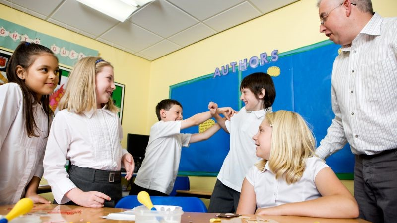 Students losing concentration in a classroom.